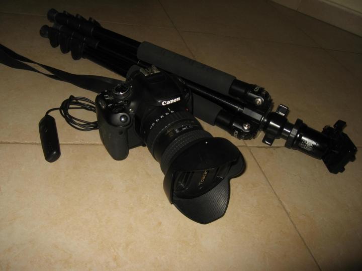 mon matériel pour la chasse aux étoiles : Un appareil reflex, objectif grand angle, un trépied et une petite telecommande